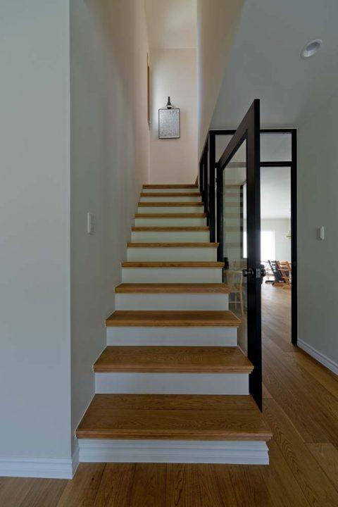 マンションリノベーション、GLADDEN 、透明な扉、ウッディな階段、抜け感のある家
