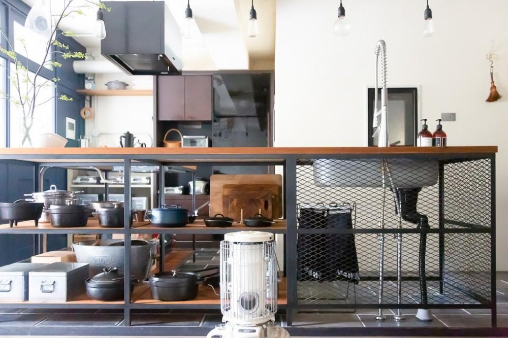 「CLOCK(クロック)」のリノベーション事例「フルリノベで実現!アイアンフレームのキッチンが似合うクールな家」