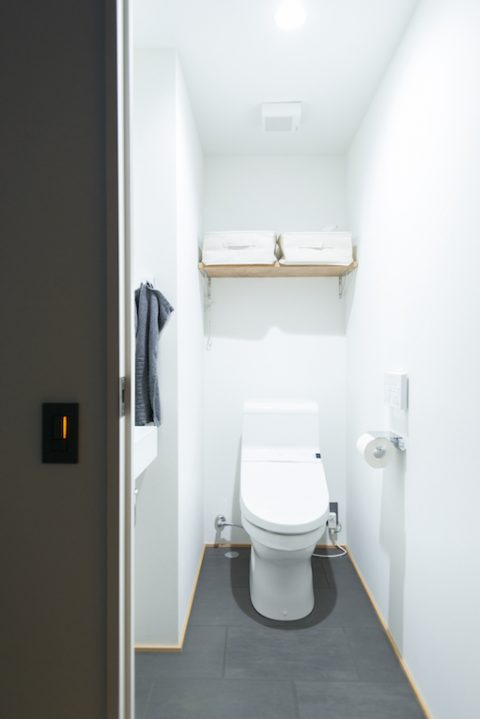 マンションリノベーション、ゼロリノベ、トイレ収納、グレー床、シンプルトイレ