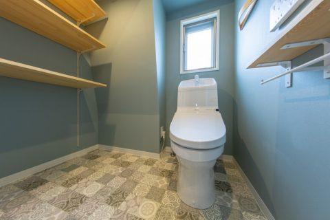マンションリノベーション、リノベ不動産|Three Eight 、デザインタイル、猫トイレ置き場、グレー壁