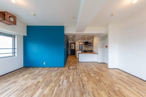 マンションリノベーション、リノベ不動産|Three Eight 、オーク無垢材、青い壁、アクセントウォール